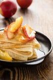 Crespones hechos en casa servidos con las manzanas caramelizadas Fotos de archivo libres de regalías