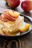 Crespones hechos en casa servidos con las manzanas caramelizadas Imagen de archivo