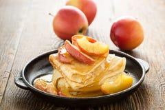 Crespones hechos en casa servidos con las manzanas caramelizadas Imagen de archivo libre de regalías