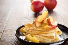 Crespones hechos en casa servidos con las manzanas caramelizadas Imágenes de archivo libres de regalías