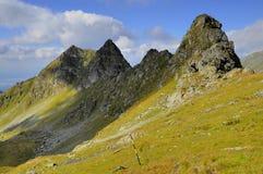 Cresta alpina contro cielo blu Immagine Stock