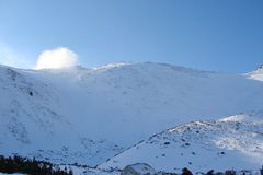 Cresta alto Tatras della montagna slovakia Panorama del cielo blu nuvoloso di inverno sopra i picchi innevati di alto Tatras Fotografie Stock