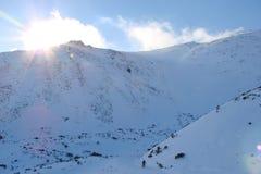 Cresta alto Tatras della montagna slovakia Panorama del cielo blu nuvoloso di inverno sopra i picchi innevati di alto Tatras Fotografia Stock Libera da Diritti