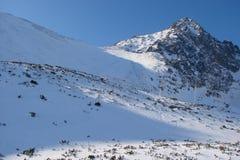 Cresta alto Tatras della montagna slovakia Panorama del cielo blu nuvoloso di inverno sopra i picchi innevati di alto Tatras Fotografia Stock