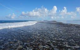 Cresta de la barrera de arrecifes entre el mar abierto y la laguna Fotos de archivo
