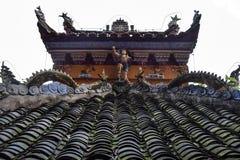Cresta decorativa tradicional en el tejado del pasillo ancestral chino imagenes de archivo