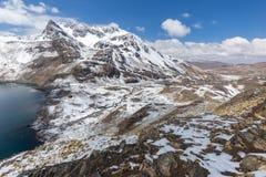 Cresta dei picchi di montagna, lago, Cordigliera reale, Bolivia Immagini Stock