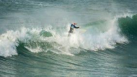 Cresta del montar a caballo de la persona que practica surf de la onda, Fistral, Newquay, Cornualles fotos de archivo libres de regalías