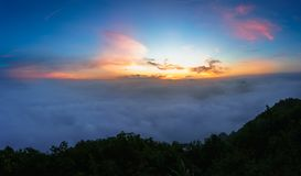 Cresta dell'alta montagna nelle nuvole durante l'alba Fotografia Stock Libera da Diritti