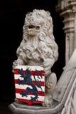 Cresta della famiglia della tenuta del leone Fotografie Stock Libere da Diritti