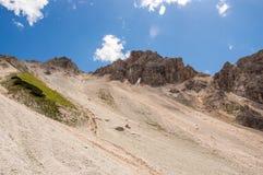 Cresta della montagna con muggito di ghiaione Immagine Stock