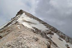 Cresta della montagna con neve ed il picco della montagna immagine stock libera da diritti