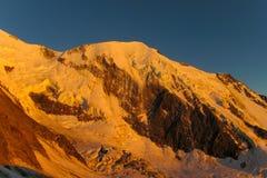 Cresta della montagna della neve in alpi al tramonto Immagini Stock