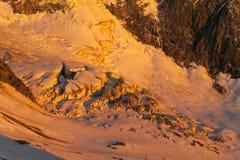 Cresta della montagna della neve in alpi al tramonto Fotografia Stock Libera da Diritti