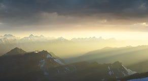 Cresta della montagna durante l'alba Fotografia Stock Libera da Diritti