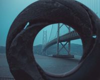 Cresta di Akashi Kaikyo attraverso il cerchio fotografia stock libera da diritti