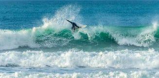 Cresta di guida del surfista dell'onda, Fistral, Newquay, Cornovaglia immagine stock libera da diritti