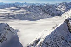 Cresta e ghiacciaio dei picchi di montagna nelle alpi dello svizzero di inverno Fotografie Stock