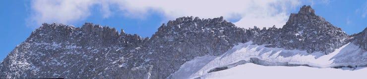 Cresta e ghiacciaio rocciosi nelle alpi Immagine Stock