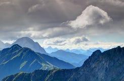 Cresta e Julian Alps principali delle alpi di Carnic alla luce solare di mattina Immagini Stock