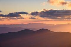 Cresta fumosa delle montagne fotografie stock