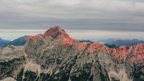 Cresta illuminante della montagna di alba Fotografie Stock
