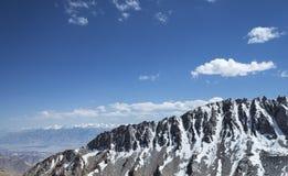 Cresta innevata tagliente della montagna con la gamma di alta montagna Fotografie Stock