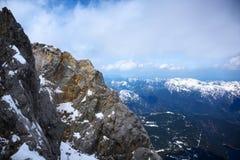Cresta nelle alpi bavaresi sotto un cielo nuvoloso, Germania, Austria, spazio della montagna della copia fotografie stock libere da diritti
