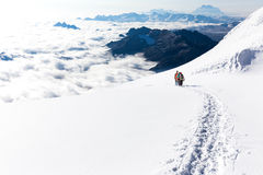 Cresta rampicante di camminata delle montagne della traccia della neve degli alpinisti, Bolivia Fotografia Stock Libera da Diritti