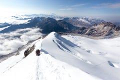 Cresta rampicante di camminata delle montagne della traccia della neve degli alpinisti, Bolivia Fotografie Stock