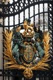 Cresta real en la puerta del Buckingham Palace en Londres Imagen de archivo