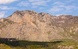 Cresta rocciosa con l'alta montagna inaccessibile sbriciolata del pendio Immagini Stock