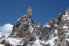 Cresta rocciosa con la pietra gigante alla parte superiore, Himalaya Fotografia Stock Libera da Diritti