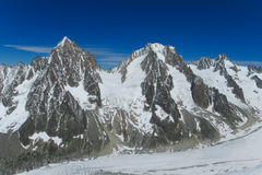 Cresta rocciosa della montagna della neve in alpi Fotografie Stock