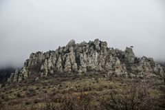 Cresta rocciosa scenica nelle montagne in primavera immagini stock