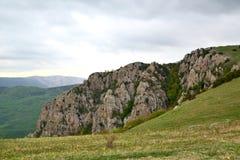 Cresta rocciosa scenica nelle montagne in primavera fotografia stock libera da diritti