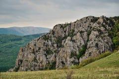 Cresta rocciosa scenica nelle montagne in primavera immagine stock libera da diritti