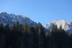 Crestas de montaña rocosa imagen de archivo