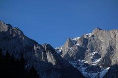 Crestas de montaña rocosa foto de archivo