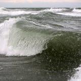 Crestas de onda grandes con rocíos del mar imagenes de archivo