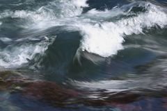 Crestas de ondas en las grietas de un río en la primavera imagen de archivo libre de regalías