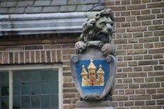 Crestas y estatuas antiguas en el ayuntamiento de Haastrecht, pequeña ciudad en el Krimpenerwaard, los Países Bajos foto de archivo