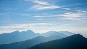 Creste della montagna che assomigliano alle onde fotografia stock