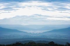Creste della montagna con la foresta della siluetta nella priorità alta Immagine Stock