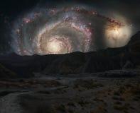Creste delle montagne sui precedenti della galassia dello spazio cosmico fotografia stock
