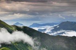 Creste verdi in pioggia nelle alpi Friuli Venezia Giulia Italy di Carnic Fotografia Stock Libera da Diritti