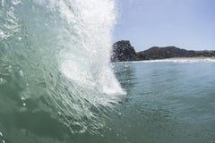 Cresting fala, Piha plaża zdjęcia stock