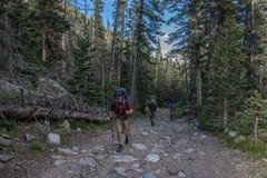 Crestone, Colorado - 27. August 2015 - Männer, die Südkolonien-Spur in Wildnisgebiet Sangre de Cristo wandern stockfotografie