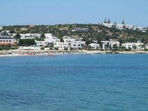 17 06 2015 Creta, Grécia, vista do mar à cidade grega pequena Hersonissos Fotos de Stock
