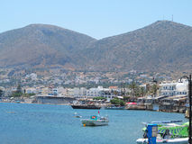 17 06 2015 Creta, Grécia, vista do mar à cidade grega pequena o seu Fotos de Stock